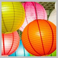 Подвесные фонарики — декор для праздника.