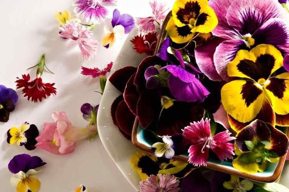 Оформление праздничного стола   канапе с лепестками роз